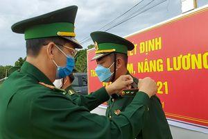 Trao quân hàm cho 99 sỹ quan tại các chốt phòng chống dịch COVID-19
