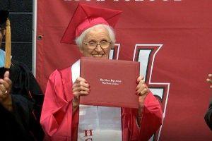 Cụ bà 94 tuổi nhận bằng tốt nghiệp trung học