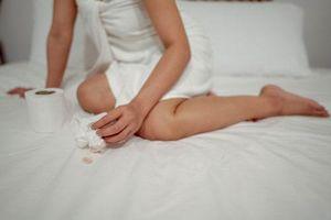 Ra máu như hành kinh khi mang thai, mẹ bầu cần biết những nguy hiểm nào?