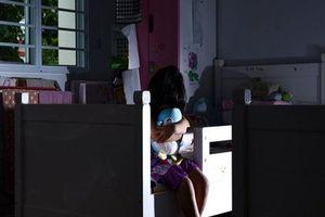 Tin tưởng bạn cũ cho đến tá túc một đêm, người phụ nữ chẳng ngờ 'rước hổ vào nhà', để con gái lãnh hết đau thương