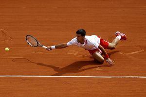 Djokovic 'lết' vào tứ kết