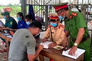 Thừa Thiên Huế: 8 người trốn trong xe tải nhằm 'né chốt' kiểm dịch