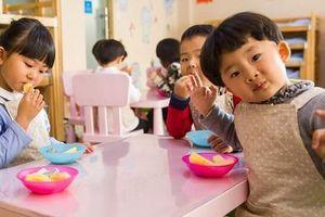 Một quả chuối chia 3 ở trường, phụ huynh bức xúc nghĩ con bị 'tước' phần ăn nhưng xấu hổ khi nghe giải thích