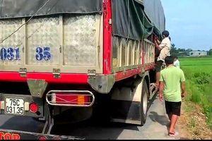 8 người 'núp' trong thùng xe trốn kiểm soát y tế