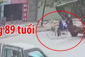 Chiếc máy xúc lao đến từ phía sau húc tử vong cụ ông đi xe đạp, khoảnh khắc vụ tai nạn khiến tất cả rụng rời