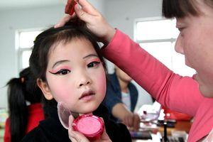 Hiểm họa từ cơn sốt trẻ em dùng mỹ phẩm ở Trung Quốc