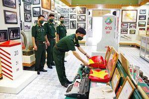 Trao tặng lá cờ Tổ quốc treo trên Cột cờ quốc gia Lũng Cú cho Bộ đội Biên phòng tỉnh Sơn La