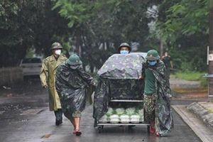 Đội mưa phục vụ người cách ly
