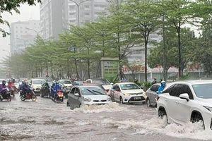 Mưa sầm sập, Hà Nội tức tốc vận hành 8 trạm bơm để thoát nước