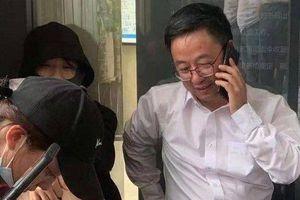 Sinh viên Trung Quốc giữ viện trưởng làm con tin