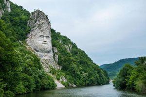 Ấn tượng với khối đá 'khủng' khắc hình gương mặt Nhà vua