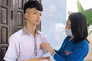 Trao Huy hiệu 'Tuổi trẻ dũng cảm' tặng nam sinh cứu 2 em nhỏ