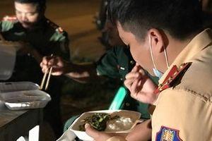 Những bữa ăn vội nơi tuyến đầu chống dịch