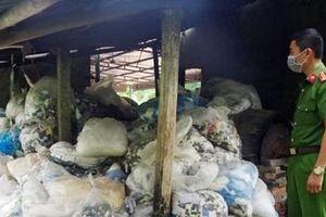Ngăn chặn 13,5 tấn rác găng tay y tế chuẩn bị 'tái chế'