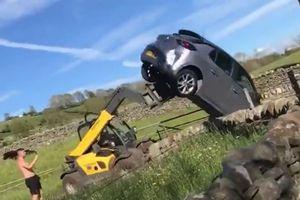 Người nông dân nổi giận dùng máy nâng hàng để 'xúc đổ' ô tô con chặn ở cổng