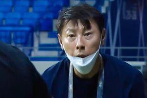 HLV Shin vẫn cay cú vì nhận thẻ vàng ở trận thua tuyển Việt Nam