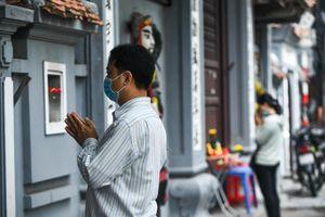 Dân Hà Nội vái vọng từ cổng chùa trong ngày mùng 1 Âm lịch