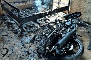 Con trai đốt nhà và xe vì mâu thuẫn gia đình
