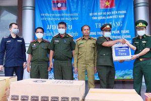 Trao lương thực và thiết bị phòng, chống dịch tặng tỉnh Sê Kông