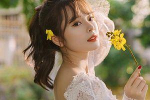 Vẻ đẹp động lòng người của nữ sinh Tài chính bên hoa muồng hoàng yến