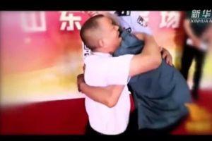 Cụ già 90 tuổi khóc không ngừng khi gặp lại con trai bị bắt cóc sau 58 năm