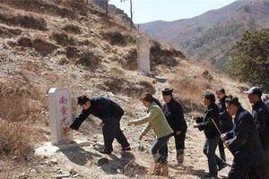 Đội khảo cổ đang khai quật ngôi mộ thì người canh lăng xuất hiện: Không được đào nữa, có biết chủ mộ là ai không?
