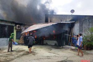 Kịp thời khống chế vụ cháy kho hàng phía sau Chợ đầu mối rau quả, thực phẩm Đông Hương