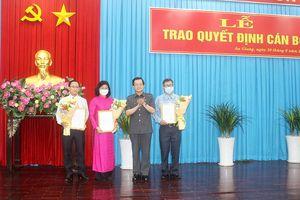 Ban Thường vụ Tỉnh ủy An Giang trao quyết định cán bộ