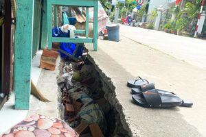 Tiếp tục sụt lún, sạt lở trên tuyến Tỉnh lộ 946, UBND xã Long Kiến di dời khẩn cấp 8 căn nhà