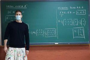 Thầy giáo diện váy đến lớp để... dạy đạo đức cho học sinh
