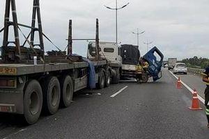 Xe đầu kéo va chạm với xe tải trên cao tốc, 2 người nhập viện