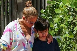 Jennifer Lopez diện jumpsuit trẻ trung đi chơi cùng cặp song sinh
