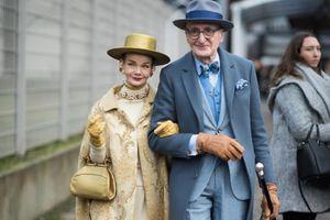Cặp vợ chồng già diện ngất trời, 'tình bể tình' khiến cả phố phải ngắm