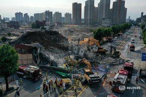 Giây phút tòa nhà đổ sập lên xe buýt khiến 9 người chết