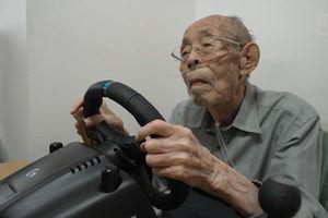 Cụ ông 93 tuổi nổi tiếng khi lái xe mô phỏng tại nhà