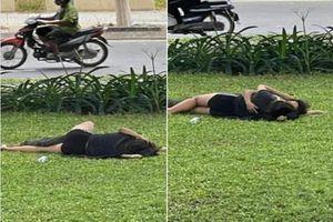 'Diễn cảnh nóng' ngay bãi cỏ ven đường, cặp đôi khiến netizen phẫn nộ