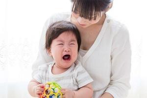 Cha mẹ thông minh sẽ không nói câu: 'Nín đi con, đừng khóc nữa con' mà sẽ nói 2 câu này