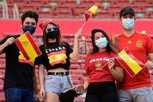 Dân châu Âu xem EURO 2020: Hành trình khắc nghiệt giữa mùa COVID-19