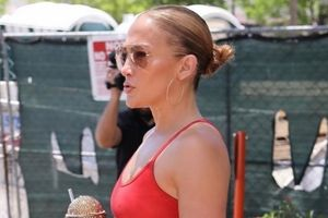 Jennifer Lopez khoe body săn chắc đáng ngưỡng mộ ở tuổi 51