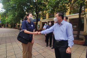 Lãnh đạo thành phố Hà Nội thăm hỏi, động viên thí sinh thi vào lớp 10