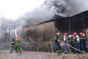 Cơ sở phế liệu bốc cháy dữ dội giữa trời mưa