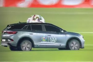 Vì sao Euro 2020 dùng xe mô hình chở bóng ra sân?