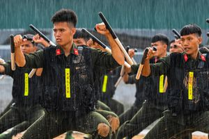 Tân binh cảnh sát cơ động diễn tập trấn áp bạo loạn