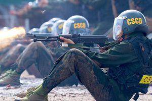 Tân binh CSCĐ thao diễn bắn súng, trấn áp tội phạm