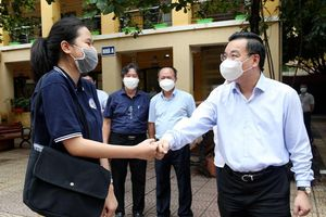 Chủ tịch UBND TP Chu Ngọc Anh kiểm tra công tác phòng dịch Covid-19 ở các điểm thi quận Hoàn Kiếm, Đống Đa
