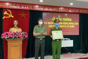 Khen thưởng Đại úy công an dũng cảm cứu người bị lũ cuốn