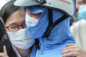 CLIP: Nữ sinh rạng ngời ra khỏi phòng thi vì đề 'dễ thở'
