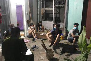 Chủ nhà 'vác bia' tụ tập cùng nhóm người ở trọ xem bóng đá tại Bắc Giang