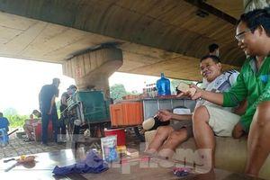 Nhiều người 'quên' khẩu trang, tập trung trà đá tán gẫu trên đại lộ Thăng Long