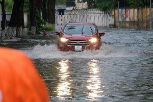 Hà Nội mưa như trút nước, học sinh 'lội nước' đi thi